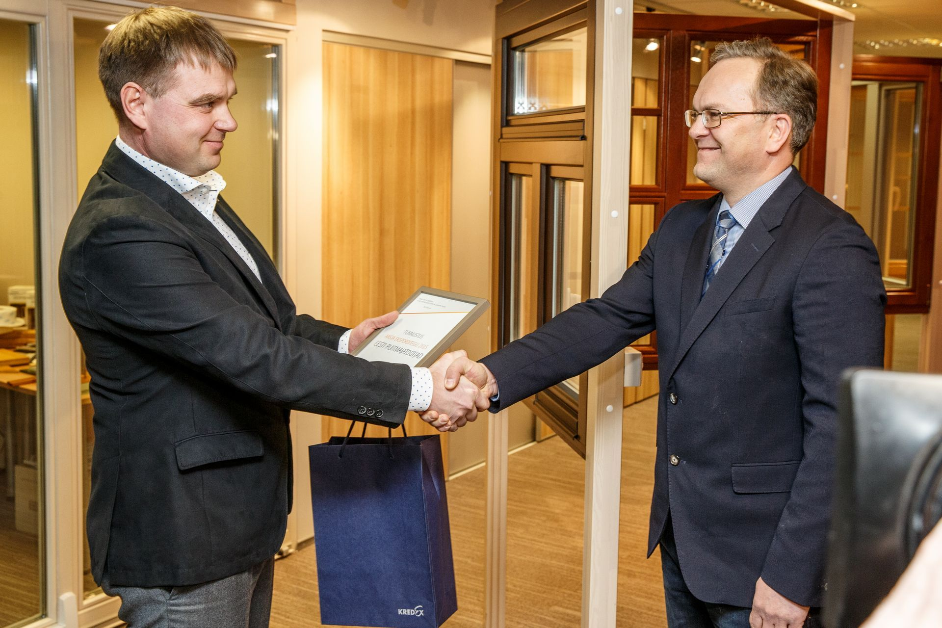 On behalf of Estonian Woodhouse Association,chairman of the board Sven Mats adoptled the award given by chariman of Kredex Credit Insurance board Meelis Tambla. Photo by Andres Haabu/Äripäev